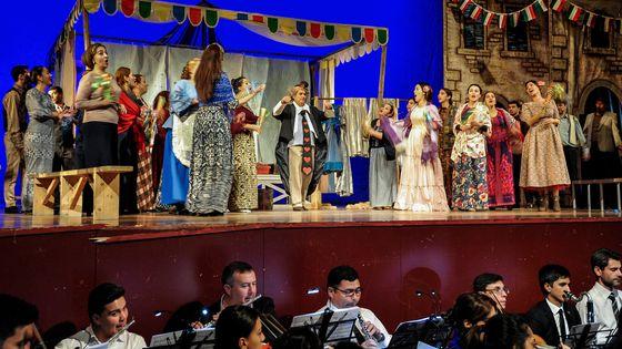 Sur la scène du théâtre d'Achkhabad, capitale du Turkménistan, pendant les répétitions de Pagliacci, premier opéra étranger à y être donné après une interdiction de 19 ans