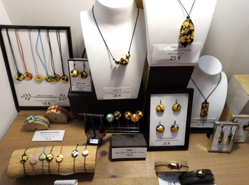 les bijoux bois et or de Landry Clément.
