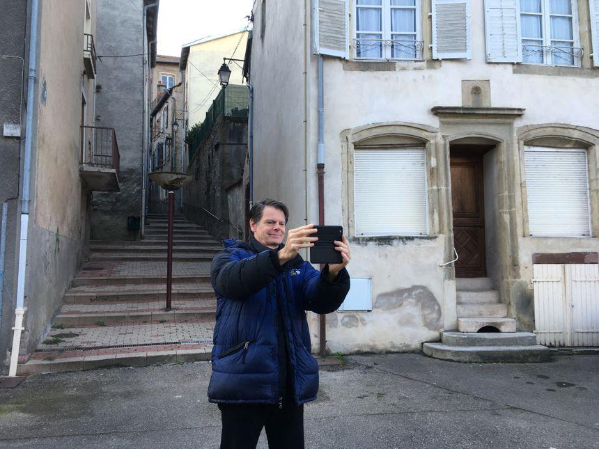 Un selfie dans la rue Basse, où l'ancêtre de Benoit Roux est né.