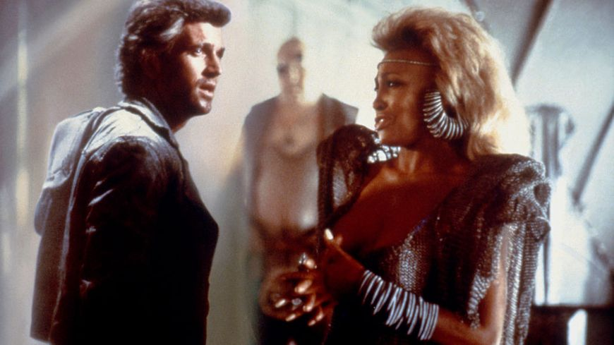 """L'acteur américain Mel Gibson et l'actrice et chanteuse Tina Turner sur le plateau de """"Mad Max Beyond Thunderdome"""" réalisé par George Miller et George Ogilvie."""