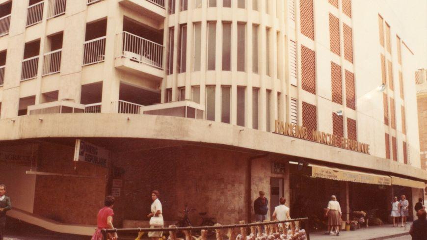 Cette photo date de 1982. Le marché-parking est sorti de terre en 1974