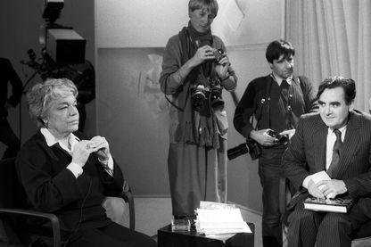 """Quoi de neuf depuis """"Apostrophe"""", l'émission littéraire de Bernard Pivot ? Ici en 1985 avec Simone Signoret comme invitée pour le livre """"Adieu Volodia""""."""