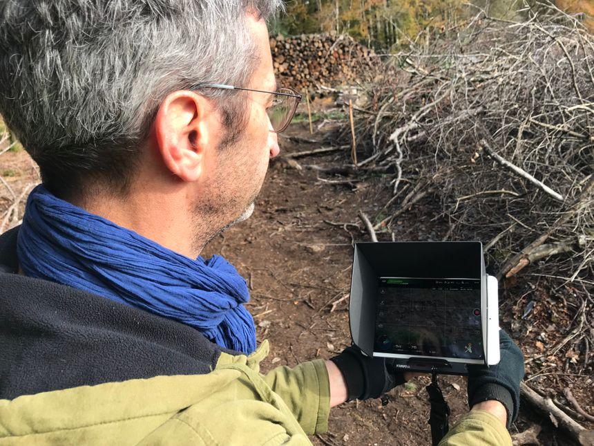 Jean-Luc filme ensuite tout le monde à l'aide d'un drone. L'image sera ensuite massivement diffusée