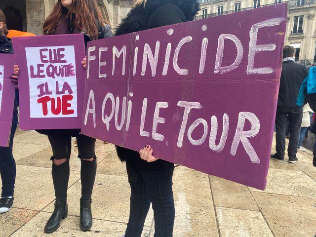 """""""Féminicides, à qui le tour"""" est l'un des slogans en tête de cortège de la manifestation contre les violences faites aux femmes."""