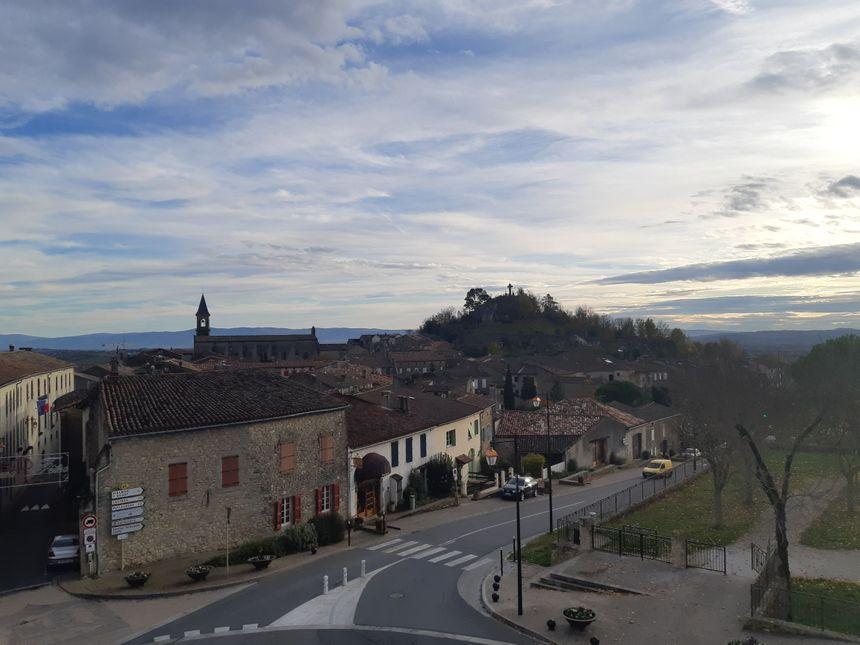 Le moulin de Lautrec, au fond sur la colline, à découvrir en lumière !