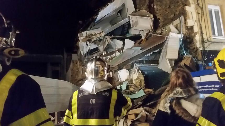 Pompiers devant un immeuble effondré, à Charleville-Mézières, le 7 novembre.