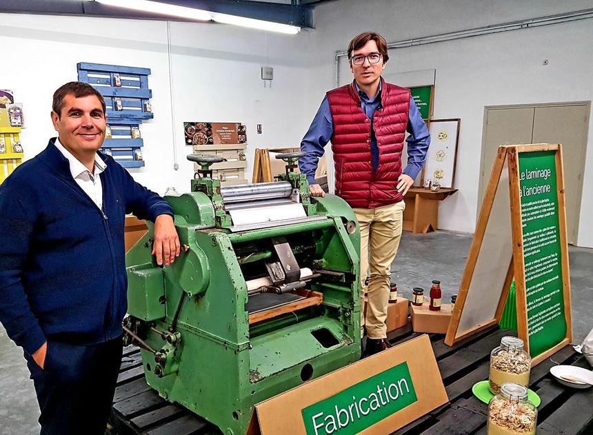 Denis Lainé et Julien Chabro, devant une vieille machine à pâtes