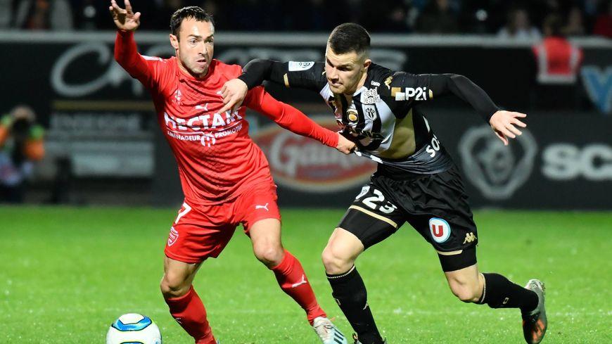 Duel entre Romain Philippoteaux et Antonin Bobichon lors d'Angers-Nîmes (1-0)
