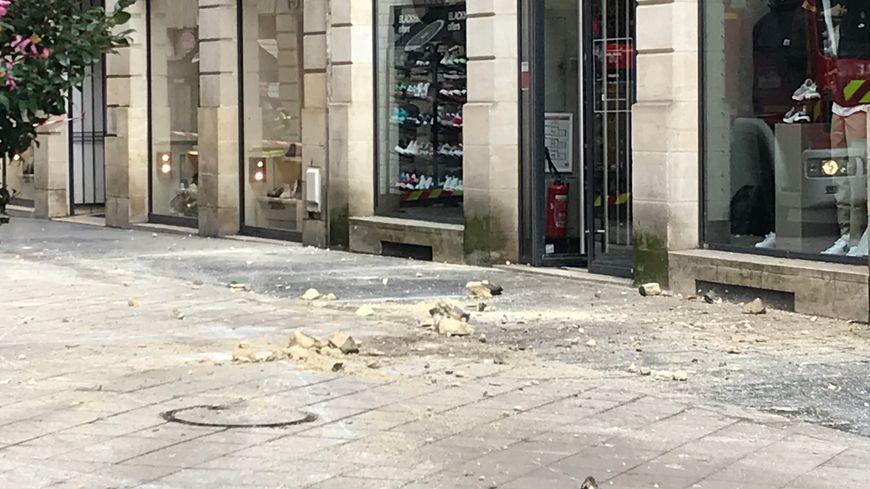 Des pierres se sont détachées d'une corniche rue Sainte-Catherine, entraînant la fermeture de la zone