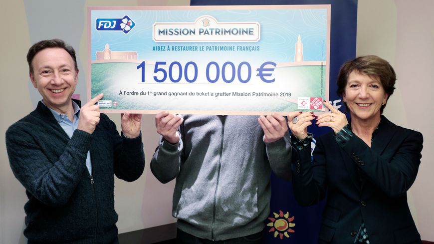 Stéphane Bern et la présidente de la FDJ remettent un chèque de 1,5 million à ce Breton qui souhaite rester anonyme