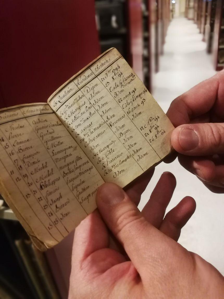 Ce petit carnet de 10 centimètres sur 10 comporte les noms de prisonniers du château de Dijon à la Révolution. Certains ont été décapités.
