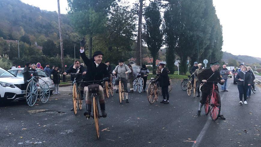 Les 20 vélocipédistes ont fait Paris-Rouen en trois jours avec des étapes dans plusieurs villes pour faire profiter les habitants de leur voyage.