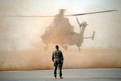 Un hélicoptère français Tigre sur la base de Mopti, au Mali, en février 2013, au début de l'intervention française contre une colonne djihadiste.