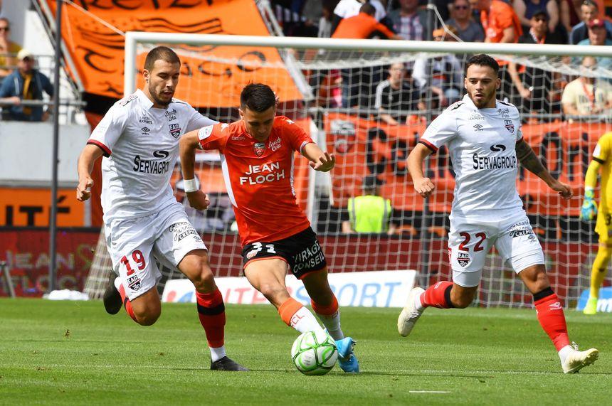 En championnat, les Guingampais Merghem et Pelé (en blanc) s'étaient imposés au Moustoir, contre le FC Lorient de Le Fée