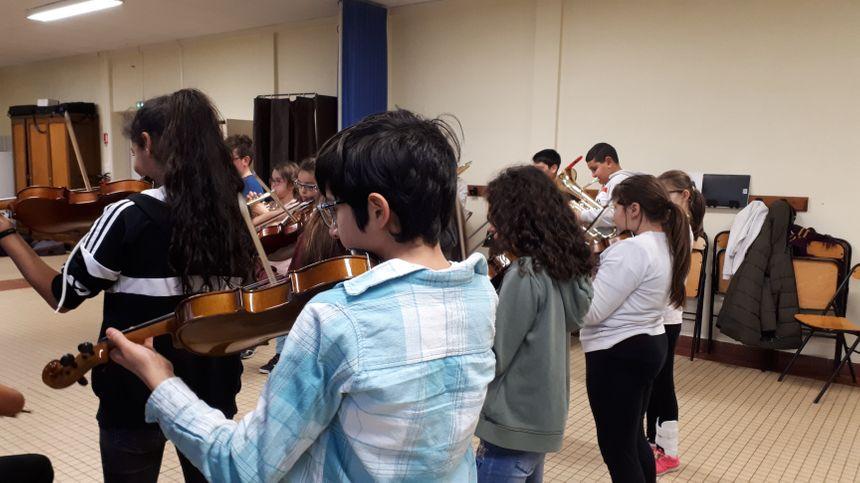 Violon, violoncelle, tuba ou trompette... chaque enfant choisit son instrument.