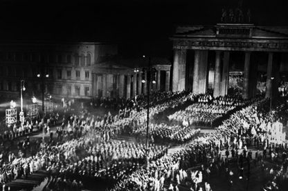 photo datée du 30 janvier 1933 de sections de SA marchant à travers la Porte de Brandebourg après qu'Adolf Hitler a remporté les élections présidentielles contre Marshall Hindenburg et devient Chancelier allemand.