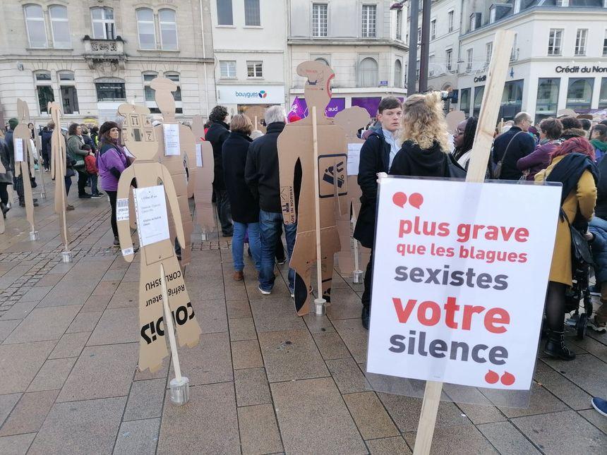 Les noms des 137 femmes tuées sous les coups de leur conjoint en France cette année sont cités, sur la place de la République au Mans.