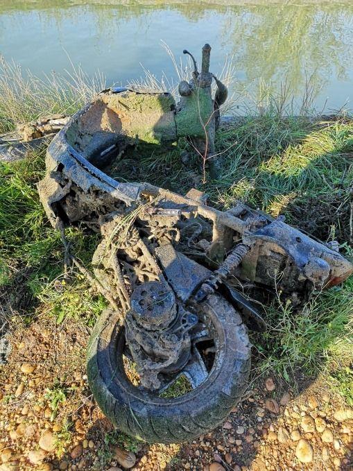 Le scooter découvert au fond du canal