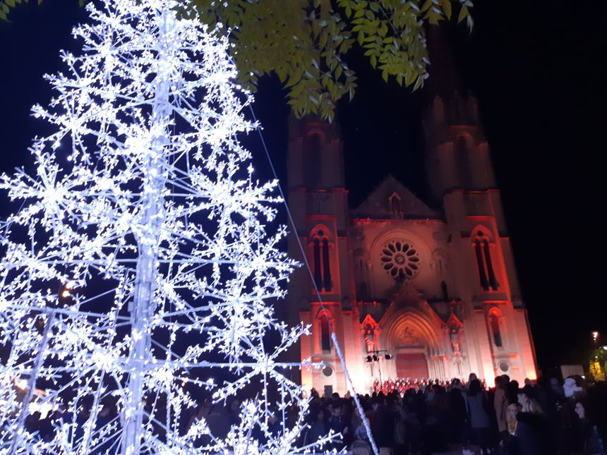 Devant l'église Saint-Baudile