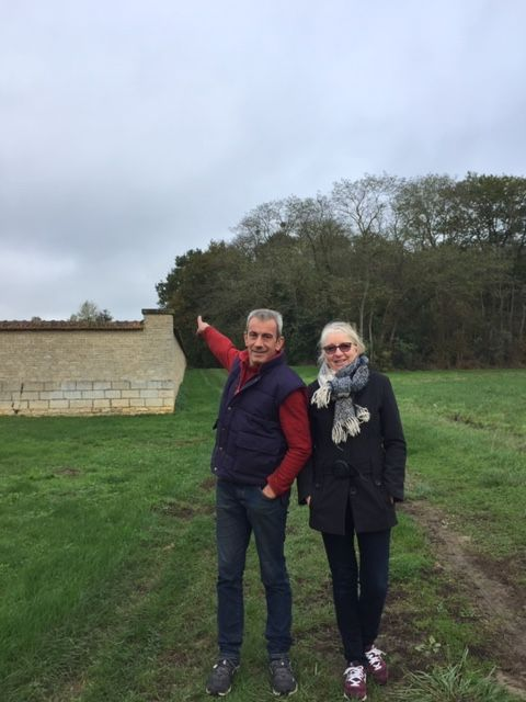 Stéphane Drujon et Nathalie Villeneuve indiquent l'emplacement du futur pylône pour Orange derrière le petit bois