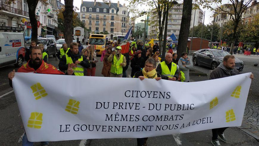 Gilets jaunes : 300 manifestants à Tarbes pour l'anniversaire du mouvement - France Bleu
