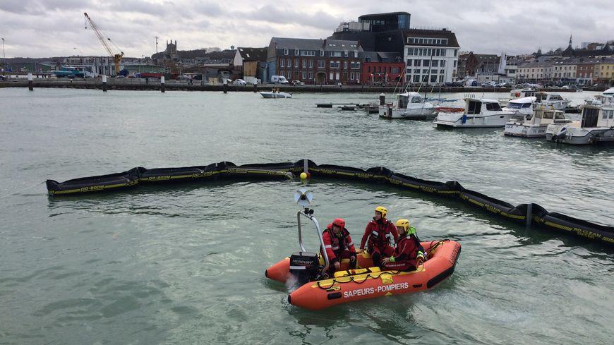 Principal rempart à une pollution maritime, des énormes bouées déployées ici dans le port de plaisance de Fécamp