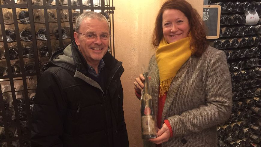 C'est Céline Stentz, major de la Confrérie Saint-Etienne qui a choisi les bouteilles, elle est aux côtés d'Eric Fargeas, le délégué général
