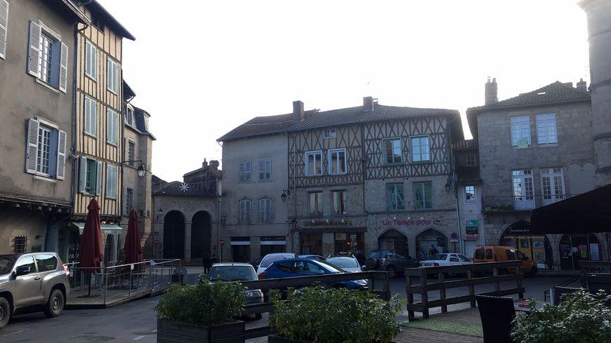 """L'émotion est vive à Saint-Léonard-de-Noblat après la mort de Raymond Poulidor ce mercredi à l'âge de 83 ans. C'est dans cette commune de la Haute-Vienne que vivait """"Poupou"""""""