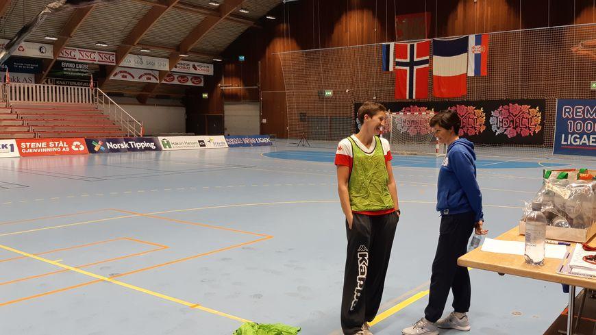 Raphaëlle Tervel et Sandrine Mariot-Delerce avant le match de Coupe d'Europe de leurs joueuses l'ESBF chez les Norvégiennes de Fredrikstad, en octobre 2019