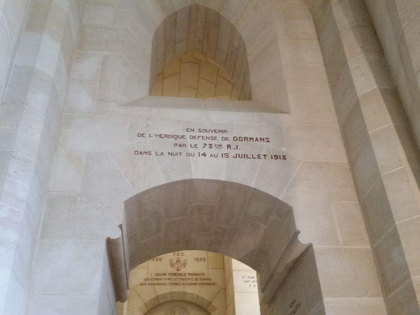 Il y a des centaines d'inscriptions à l'intérieur du Mémorial.