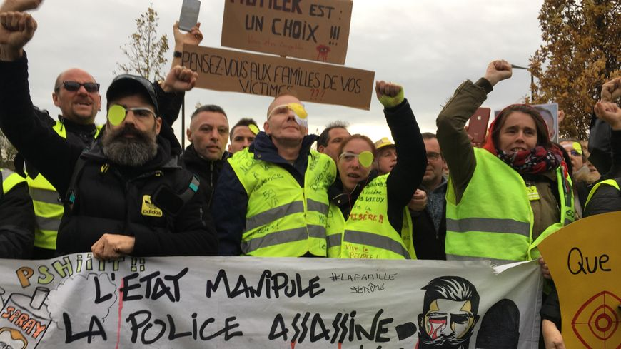 Manu (au centre) aux cotés de sa compagne Séverine et Jérôme Rodrigues (à gauche) en tête du cortège à Valenciennes