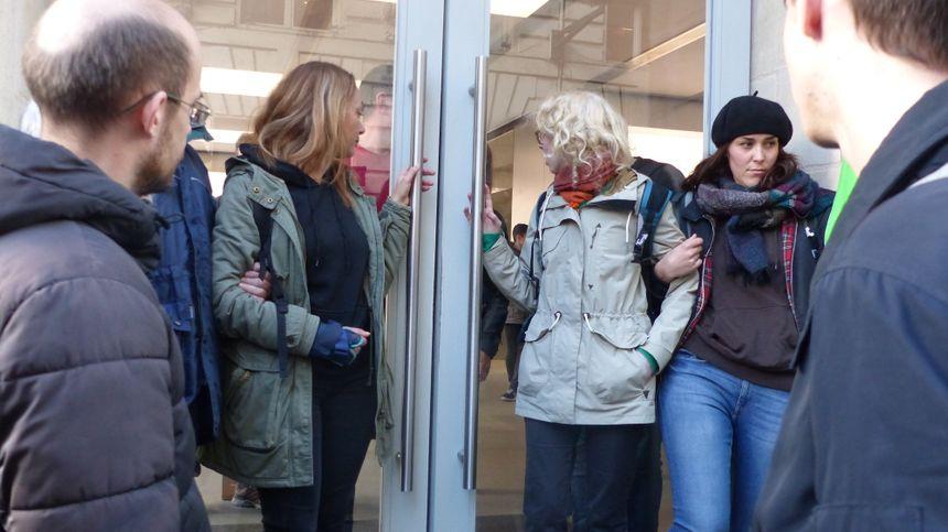 Les manifestants ont investi l'Apple Store rue Sainte-Catherine.