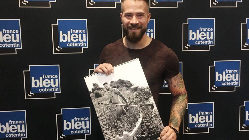 Dominique Baudry, un facteur cherbourgeois, pose nu pour le calendrier des Hommes de Lettres, en partenariat avec Les Blouses Roses