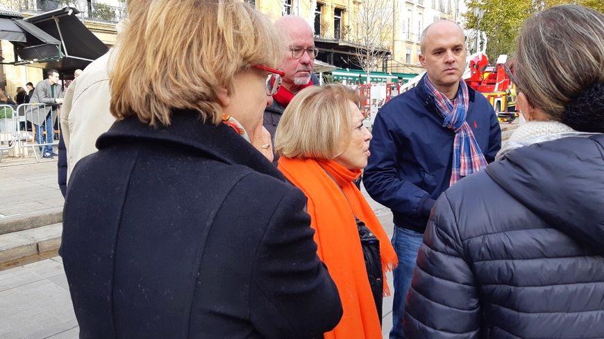 Maryse Joissains, la maire d'Aix-en-Provence devant la brasserie les 2G avec Rémy  Avon le vice-procureur de la République