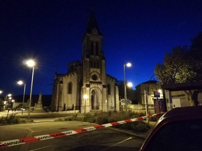 L'église au centre du Teil (Ardèche) fragilisée par le séisme. Un périmètre de sécurité mis en place.