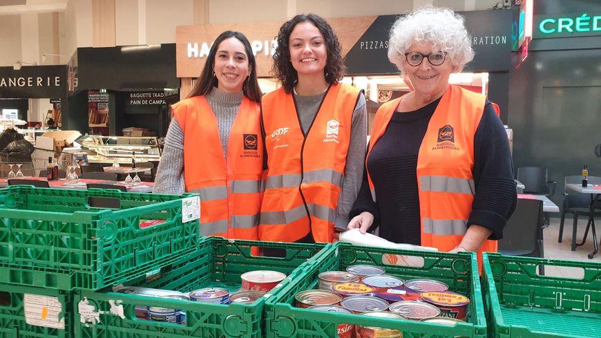 Les bénévoles de la Banque alimentaire de la Loire orientent les clients pour les aider dans les don.