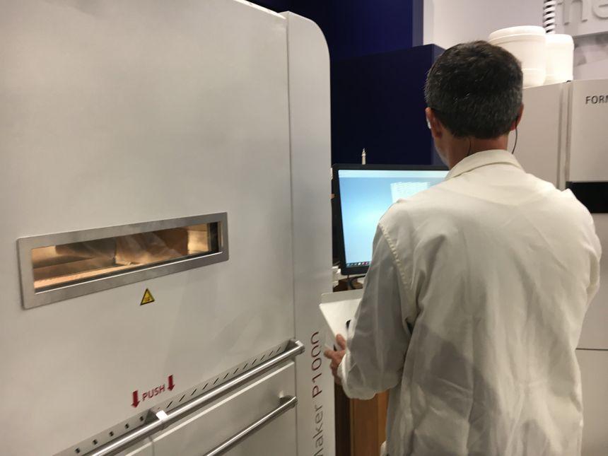 Le labo est désormais équipé de 3 imprimantes en 3D, chacune de la taille d'une petite cabane de jardin