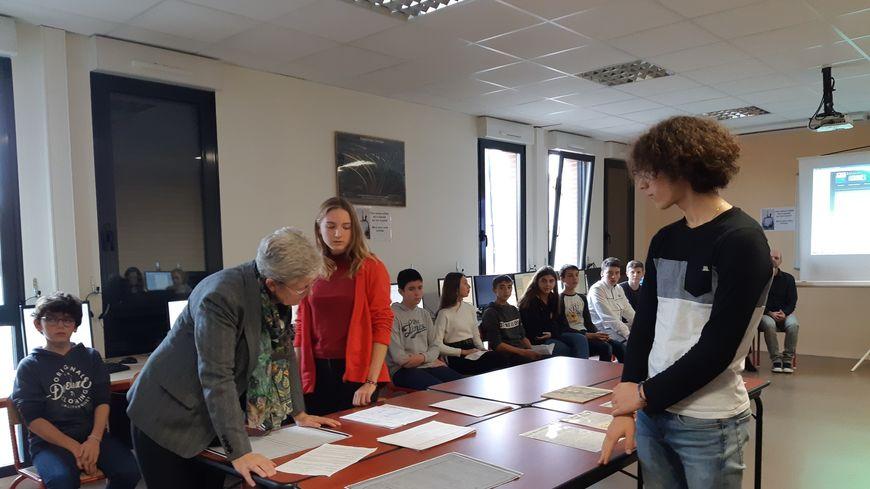 Geneviève Darrieussecq, secrétaire d'État auprès de la ministre des Armées, dans une classe de Rabastens ce jeudi.