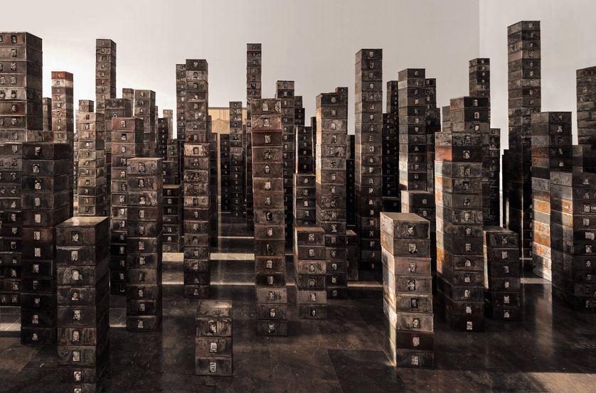 Réserve : Les Suisses morts, 1991 Boîtes en métal, photographies noir et blanc, 12 × 23 × 21,3 cm (chaque boîte) ; 6 × 4 cm (chaque photo) IVAM, Institut Valencià d'Art Modern,
