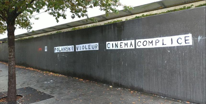 """Sur la façade du TAP à Poitiers après la projection de """"J'accuse"""" lundi soir au cinéma Castille."""