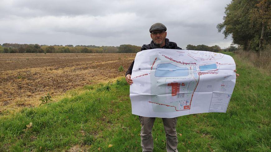 Bertrand Bouflet, porte-parole du Collectif de sauvegarde de la Vaige et de l'Ouette devant le site de la future usine du groupe LDC