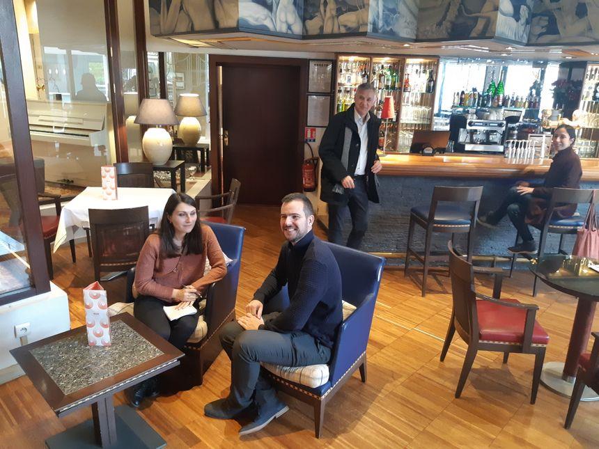 Dans ce bar, style Art Déco ou Belle Epoque, la majorité des fauteuils, tables basses, luminaires sont à donner - Radio France