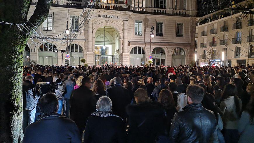 Plusieurs centaines de personnes rassemblées devant la mairie de Pau.