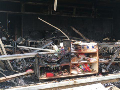 L'une des salles de classe de l'école Les Tamaris à Béziers ravagée par les flammes, éventrée.