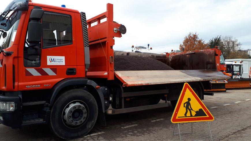 Un camion de Limoges Métropole qui transporte de l'enrobé destiné à réparer les nids-de-poule
