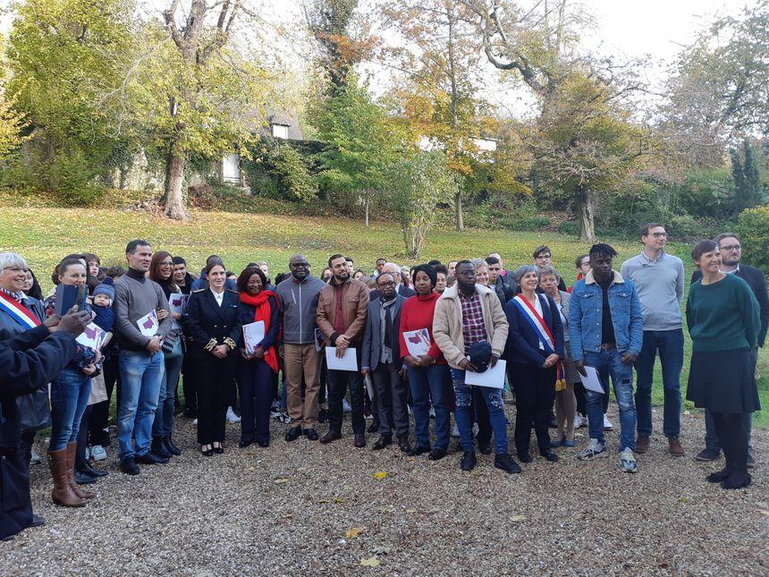 Photo souvenir pour les nouveaux citoyens français dans les jardins de la résidence préfectorale