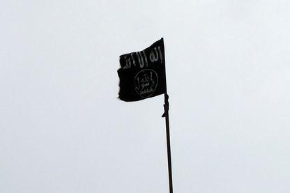 Un drapeau noir, signature des djihadistes, flotte sur un camp au nord d'Alep
