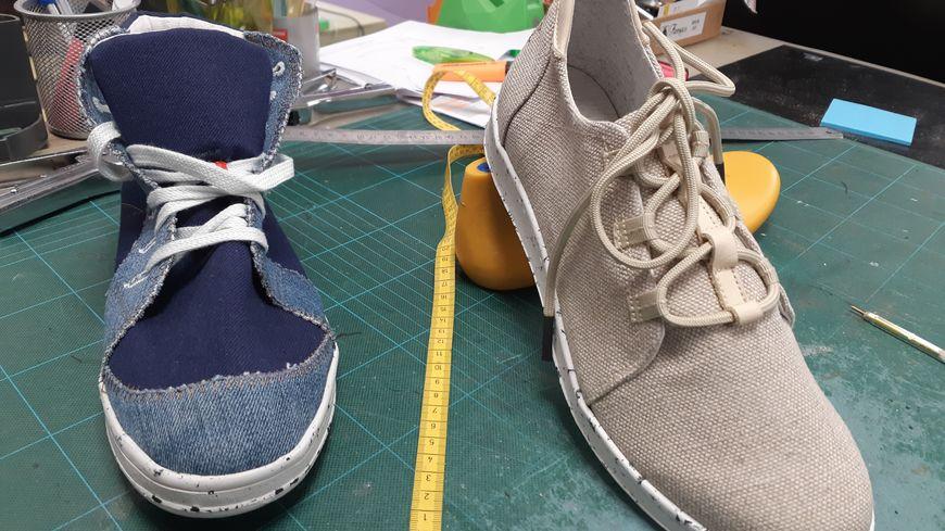 Caruus crée des baskets 100% recyclées. À droite, le premier modèle Ötzi, à gauche, en exclusivité pour France Bleu Normandie, le prototype de la prochaine basket, en chutes de jeans