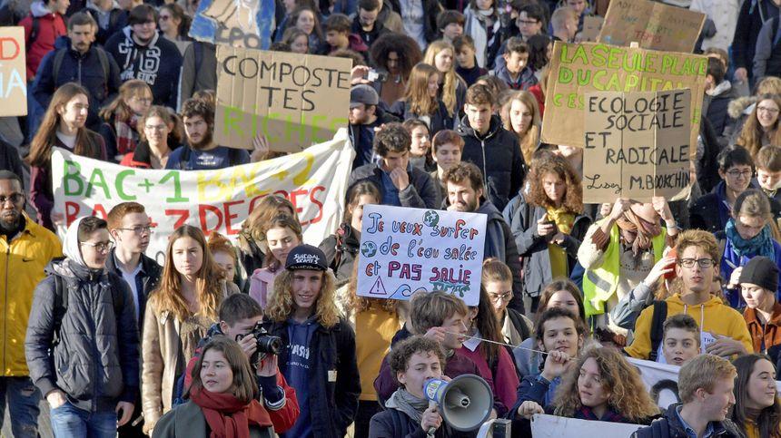 Avec leurs pancartes, les jeunes veulent alerter la population sur l'urgence de la situation.