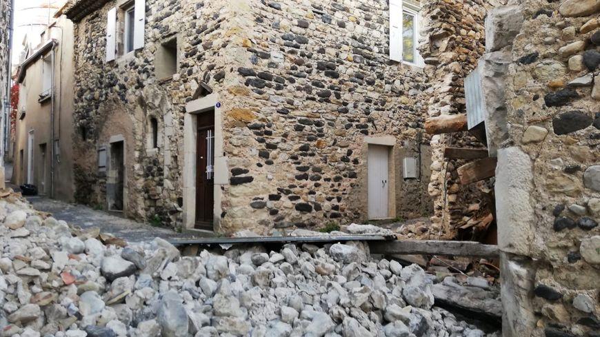 Une vieille bâtisse effondrée dans le hameau de Mélas